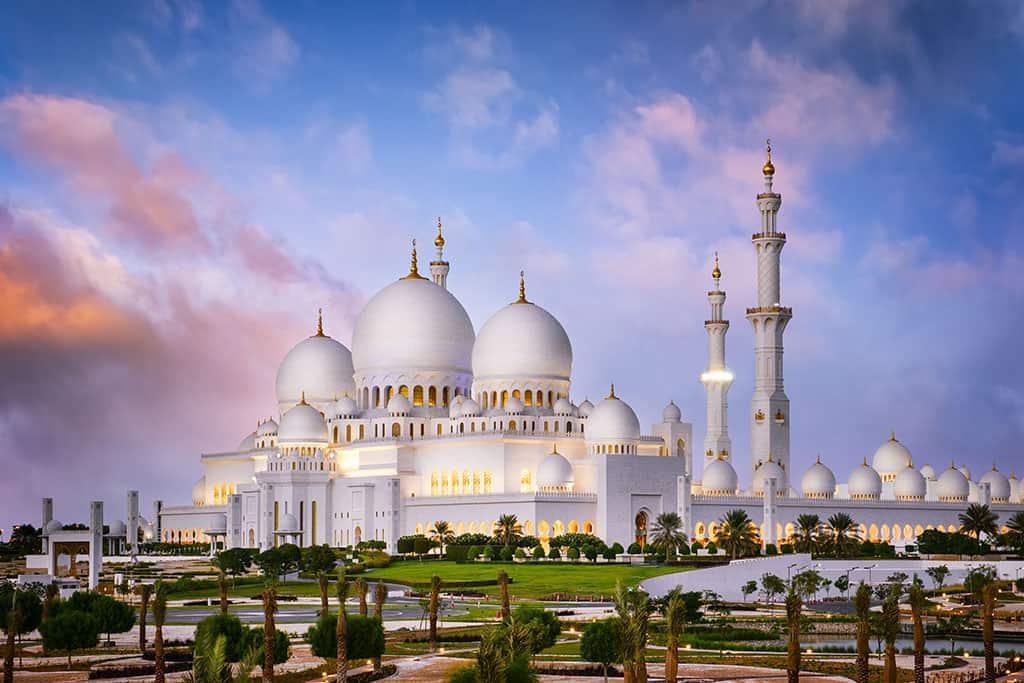 המסגד הגדול של שייח זייד עם רדת החשכה